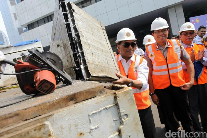Menteri Perhubungan Budi Karya Sumadi didampingi Kakorlantas Royke Lumowa menyaksikan pemotongan truk yang terjaring Operasi Over Dimensi dan Over Load (ODOL) di halaman Kementerian Perhubungan, Jakarta, Selasa (3/7/2018).