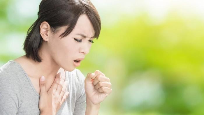 Biar nggak menular, selalu perhatikan etika saat batuk. (Foto: shutterstock)