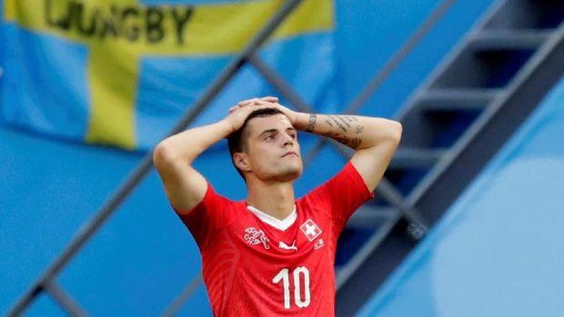 Gelandang timnas Swiss Granit Xhaka kecewa usai kekalahan atas Swedia.