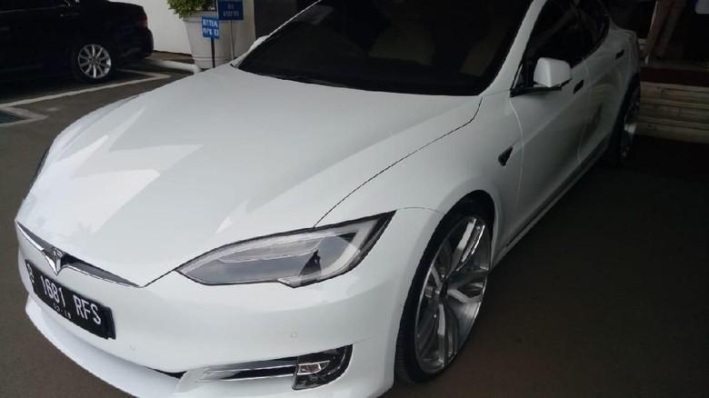Tesla Model S yang dipakai ngantor oleh Bambang Soesatyo (Foto: Gibran/detikcom)