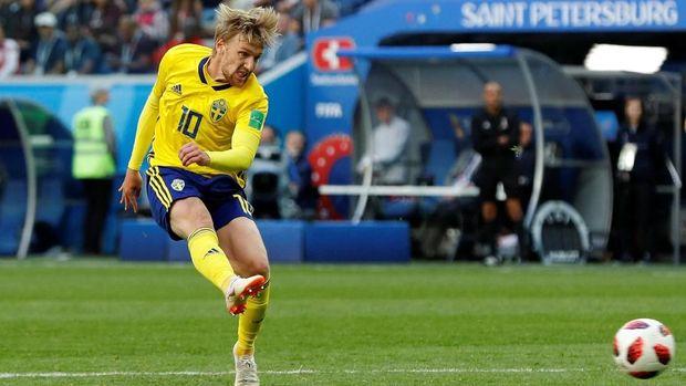 Pemain timnas Swedia Emil Forsberg melepaskan tendangan ke gawang Swiss.