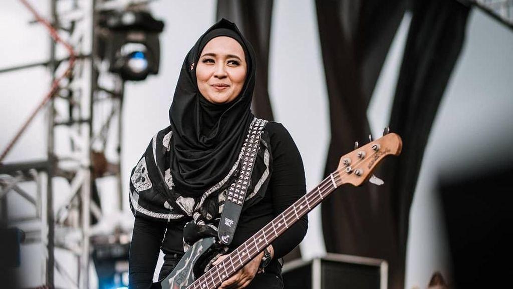 Gaya Hijab Rock and Roll Chua Kotak Saat Manggung di Aceh
