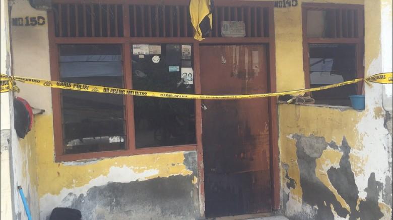 Polisi Bawa Istri Pelaku Untuk Tangkap Pembakar Rumah di Cakung