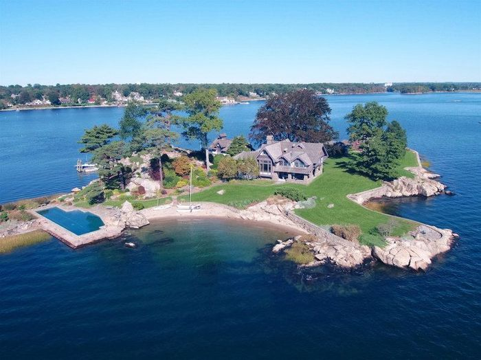 Pulau ini memiliki kolam renang sepanjang 22 meter yang menyatu dengan dua pantai pribadi. Istimewa/mansionglobal.