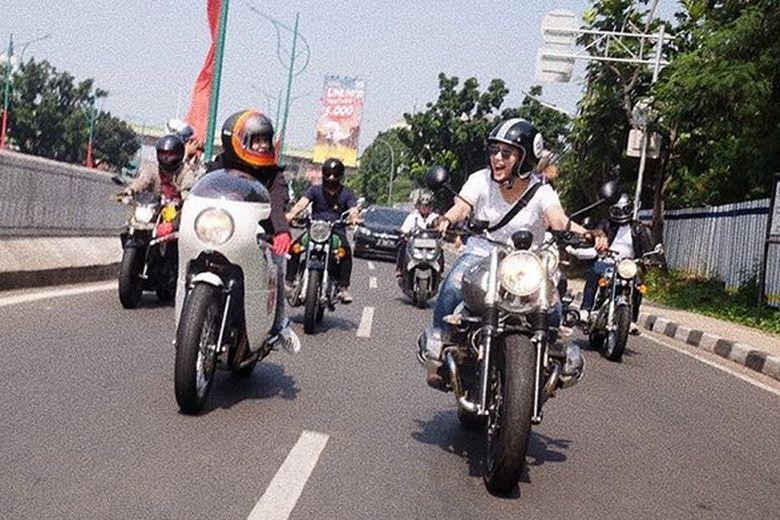 Dian Ayu kini tengah berbahagia karena bisa jalan-jalan dengan motor kesayangannya. Foto: Dok. Instagram/dianayulestari