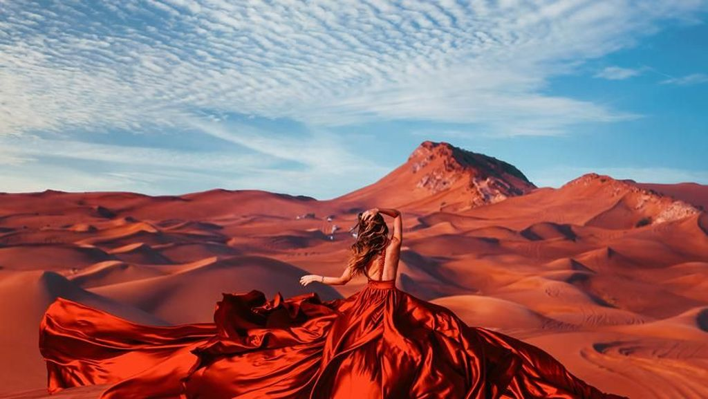 10 Potret Keindahan Alam Bersama Gaun Wanita