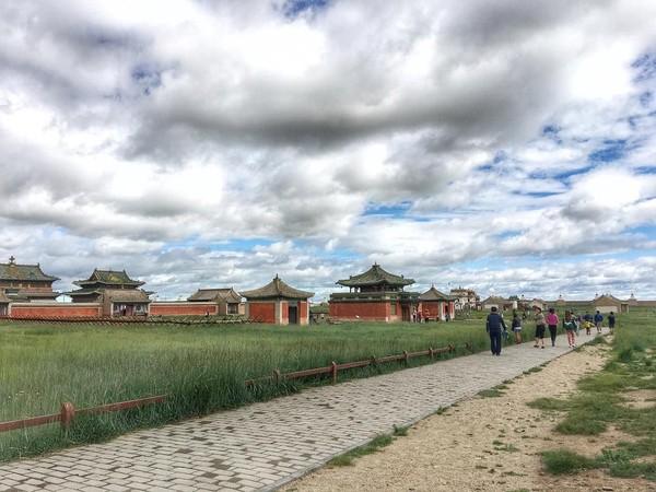 Biara Erdene Zuu di Kota Kharkhorin, Mongolia menjadi destinasi menarik bagi banyak turis. Namun di sebelah timur biara Buddha tertua di Mongolia tersebut berdirilah sebuah patung penis. (herstorey/Instagram)