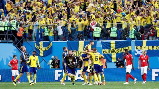 Para pemain timnas Swedia merayakan kemenangan atas Swiss di babak 16 besar Piala Dunia 2018.