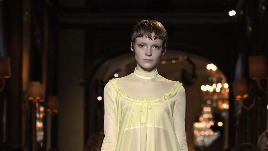 Dramatis, Model Potong Rambut Sepinggang Jadi Cepak di Fashion Show Miu Miu