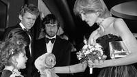 Putri Diana tampak memberikan sebuah boneka kepada Drew Berrymore kecil. Dok. Instagram/velvetcoke