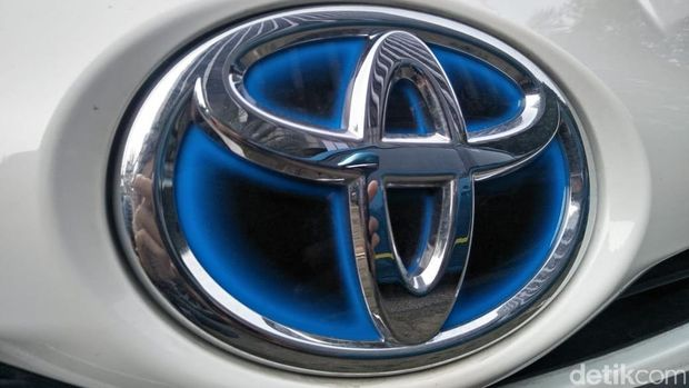 Mobil hybrid Toyota biasanya pakai logo berlatar biru.