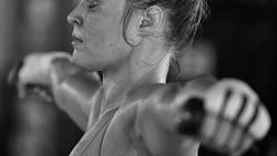 Pegulat wanita Ronda Rousey akan bermain peran dalam film bersama Iko Uwais. Wanita asal Amerika Serikat ini selalu mengundang perhatian dengan tubuh bugarnya.