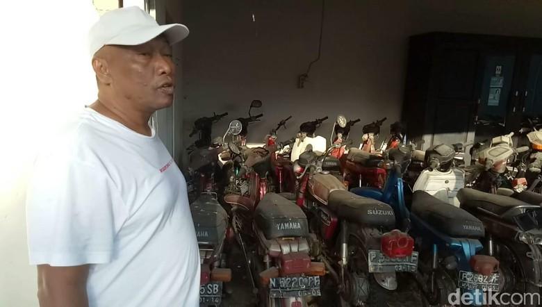 Raja Sengon saat menunjukkan koleksi motor tuanya. Foto: Ardian Fanani