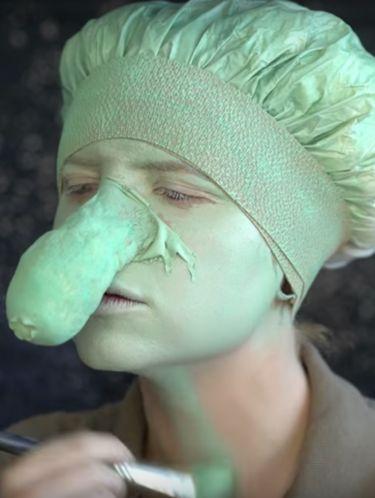 Wanita Ini Pakai Kondom untuk Makeup Jadi Squidward, Hasilnya Mengejutkan