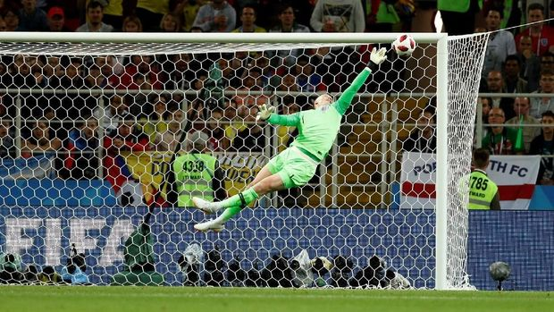 Pickford melakukan penyelamatan dalam pertandingan melawan Kolombia.
