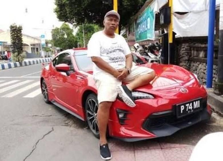 Raja Sengon dan mobil sport Toyota 86. Foto: Istimewa