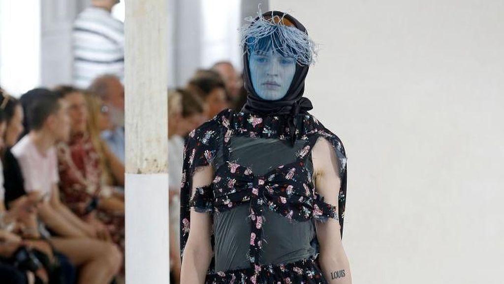 Unik, Model Berkaki Gadget Warnai Catwalk Paris Fashion Week
