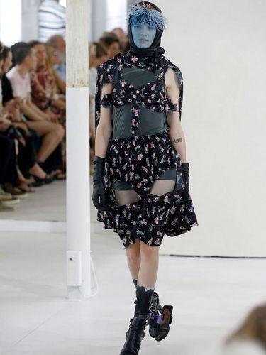 Model berjalan dengan kaki berponsel di fashion show Maison Margiela.
