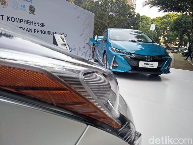 Toyota Serahkan 12 Mobil Hybrid untuk diuji. Foto: Ruly Kurniawan