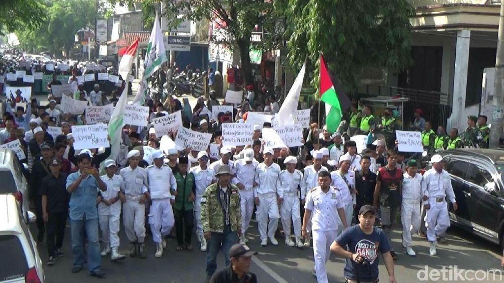 Dikawal Pasukan Putih, Ribuan Massa Geruduk Panwaslu Purwakarta