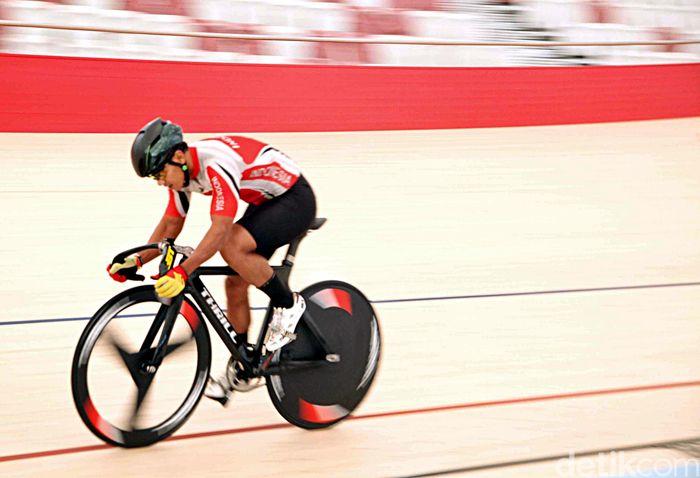 Sejumlah atlet sepeda melakukan sesi latihan di arena balap sepeda Velodrome, Rawamangun, Jakarta Timur, Rabu (04/7/2018).