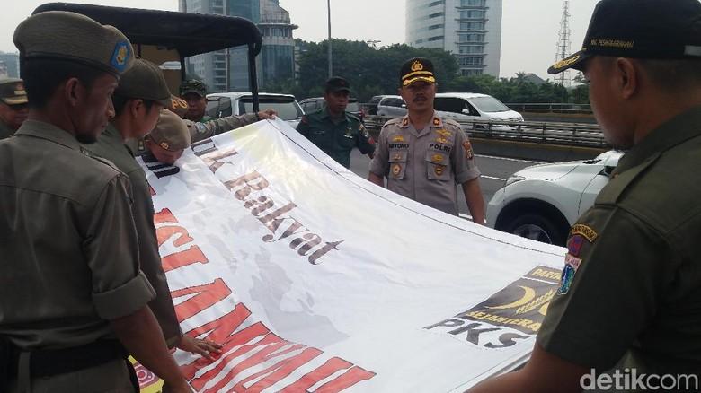 Polisi-Satpol PP Cabut Spanduk 'PKS-Khilafah Islamiyah' di Slipi