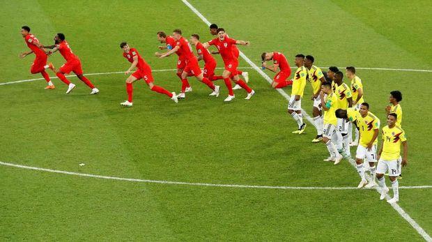 Para pemain timnas Inggris merayakan kemenangan dalam adu penalti lawan Kolombia di babak 16 besar.