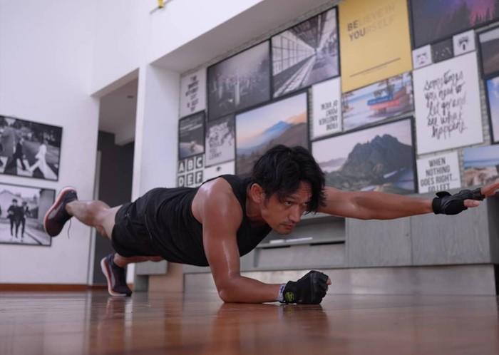 Aktor sekaligus presenter Ibnu Jamil termasuk public figure yang amat menggemari olahraga. Foto: Instagram/ibnujamilo