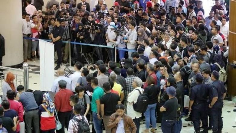 Beberapa Jurnalis Terluka Saat Kericuhan di Sidang Najib Razak