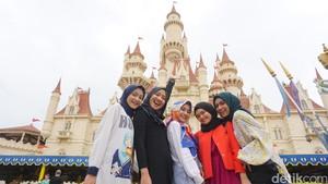 Seru! Saat Hijabers Cantik Main ke Universal Studios Singapore