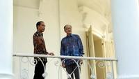 Presiden Jokowi mengajak Presiden Bank Dunia Jim Yong Kim ke beranda Istana Bogor.