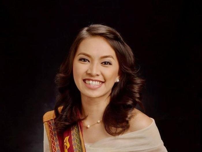 Geoselle Dela Cruz lulus cum laude meski harus melakoni 8 pekerjaan Foto: Facebook