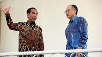 Presiden Jokowi dan Presiden Bank Dunia Jim Yong Kim berbincang di beranda Istana Bogor.