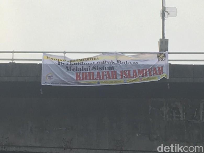 Ada Lagi Spanduk 'PKS-Khilafah Islamiyah', Kini di Slipi