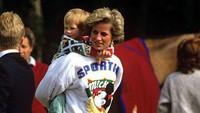 Potret Putri Diana bersama Pangeran William saat menikmati Disney Land. Dok. Instagram/velvetcoke