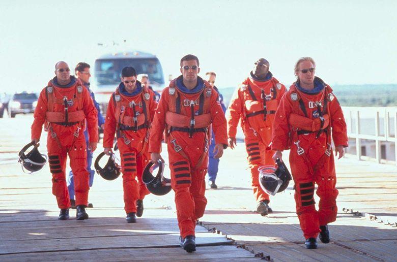 Sebuah berita pernah menyebutkan bahwa Ben Affleck pernah bertanya bahwa bukankah lebih mudah mengajari astronot untuk mengebor daripada sebaliknya. Namun Michael Bay menyuruhnya untuk diam. Dok. Walt Disney