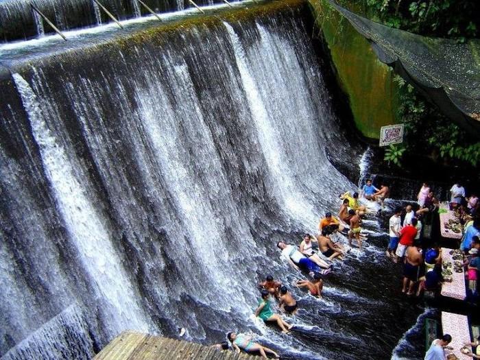 The Labassin Waterfall Restaurant sangat cocok dikunjungi pencinta alam. Lokasinya ada di air terjun Villa Escudero Resort, Filipina. Pengunjung yang bersantap di sini juga bisa menikmati tarian tradisional dan pertunjukkan musik Filipina. Foto: Istimewa