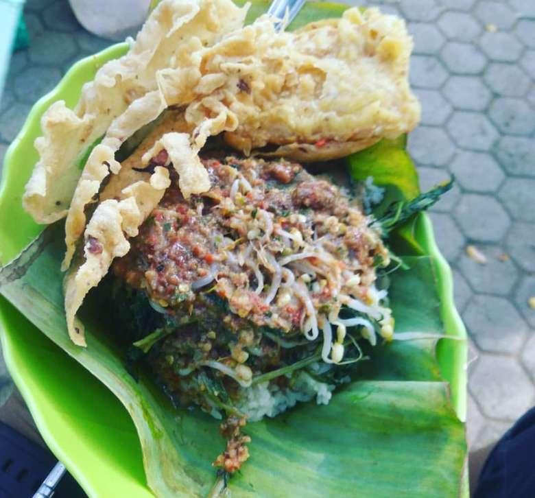 Nasi pecel paling banyak variasi. Pecel khas Madiun, Kediri atau Jogja dan Solo. Aneka sayuran disiram bumbu kacang dan dimakan dengan remoeyek kaxang. Foto: Instagram