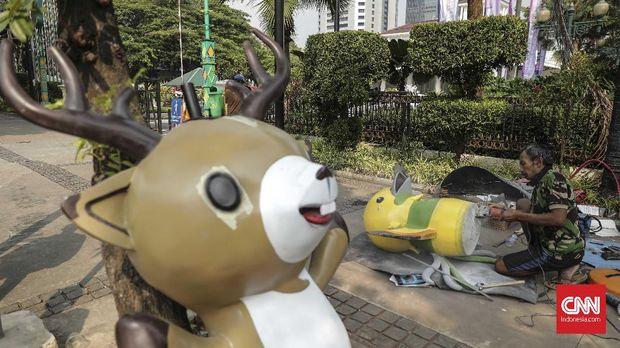 Pekerja menyiapkan maskot Asian Games 2018.