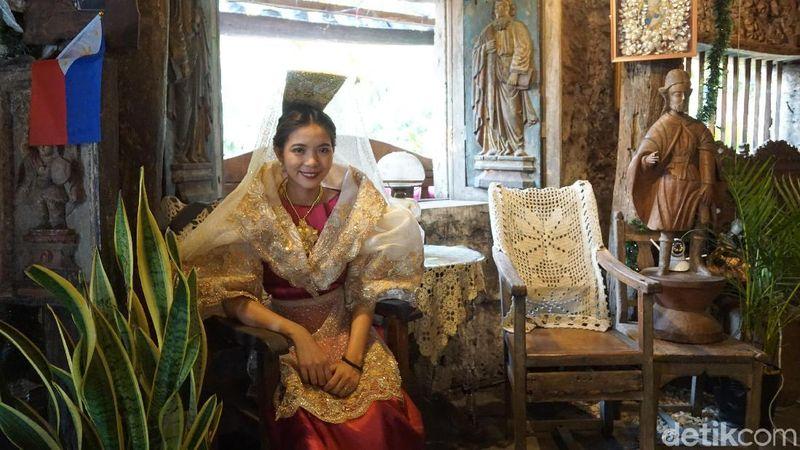 Pakaian tradisional wanita Filipina ini bernama Mestiza (Syanti/detikTravel)