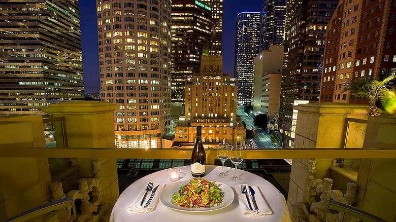 Suka suasana modern dengan pemandangan gedung-gedung tinggi? Checkers Downtown di Los Angeles sangat tepat disambangi. Interiornya elegan, nyaman dan kontemporer dengan suguhan aneka cocktail. Foto: Hilton Checkers