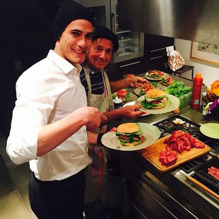 Memasak burger bersama. Dengan senyuman khasnya, Cavani terlihat pamer burger dengan isian daging dan sayuran yang bisa jadi menu makan malam mengenyangkan. Foto: Instagram @cavaniofficial21