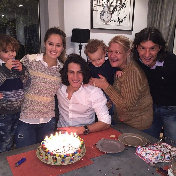 Berulang tahun, Edinson Cavani dengan rambut gondrongnya terlihat ganteng. Momen berkumpul bersama keluarga ini dilakukan untuk rayakan ulang tahun Cavani. Foto: Instagram @cavaniofficial21