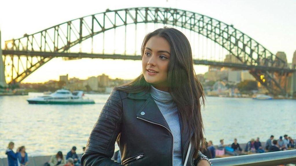 Potret Cantik Amanda Rawles Saat Keliling Dunia