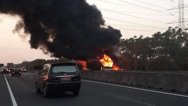 Asap hitam mengepul dari bus yang terbakar