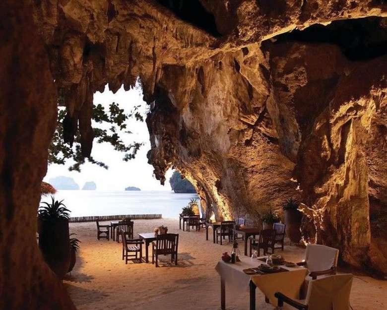 Main ke Krabi, Thailand, ada restoran di gua yang sangat cantik. The Grotto atau Cave Dining menghadirkan suasana romantis dengan menu BBQ seafood yang nikmat. Bonusnya, pemandangan laut yang tenang dan cantik! Foto: Rayavadee