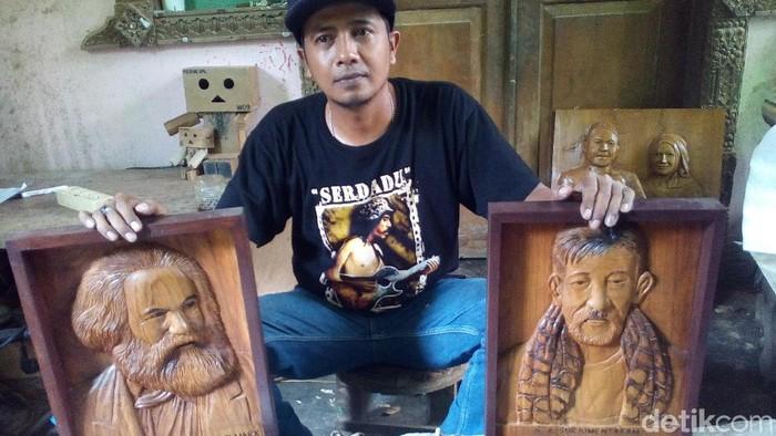 Heru Suprayitno dan hasil karyanya. Foto: Akrom Hazami/detikcom