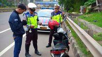 Polisi Tilang Pemotor yang Nyelonong Masuk Tol Dalam Kota