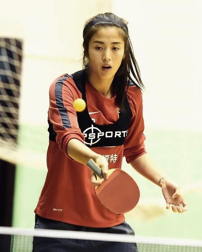 Selain olahraga sepakbola, Zhao Lina juga melakukan olahraga lain lho, yaitu tenis meja. Luar biasa ya! Foto: Instagram/zhao__lina