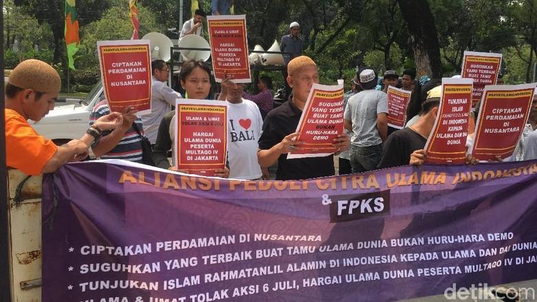 Warga Demo di Balai Kota, Minta Anies Bujuk PA 212 Batalkan Aksi